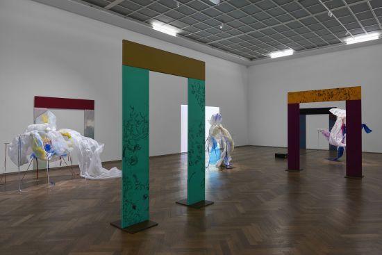Eine Ausstellung von Nick Mauss Bizarre Silks, Private Imaginings and Narrative Facts, etc.