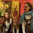 Junge Menschen im Museum