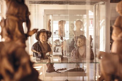 Une dynastie de sculpteurs sur bois de Brienz, les Huggler