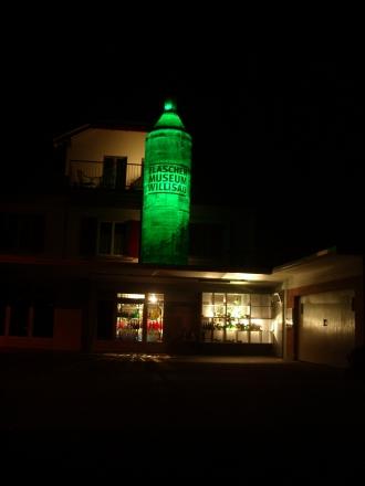 und nachts ist diese Flasche beleuchtet.