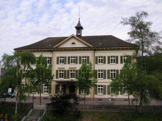 Dorfschulhaus (Ansicht von der Hauptstrasse)