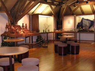 Ausstellungsraum mit Sitzgelegenheiten