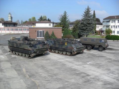 Kommando- und Minenwerferpanzer M-113 und Pinzgauer 6X6.