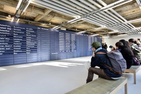 Das kleine Museum der Digitalen Kunst erforscht die Verbindungen von Algorithmen, Daten und Gesellschaft mittels Nullen und Einsen. Dies passiert nicht nur auf Bildschirmen, sondern auch durch physische Installationen.