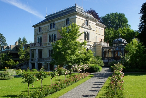 Die Villa Patumbah mit Parkanlage