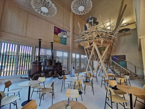 Blick von der Cafeteria auf die kunstvolle Treppe