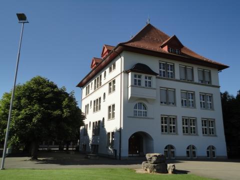 Sauriermuseum im Untergeschoss des Primarschulhauses
