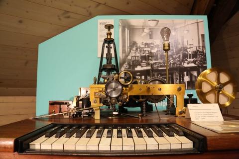 Vor der Schreibmaschine: Buchstaben auf Klaviertasten