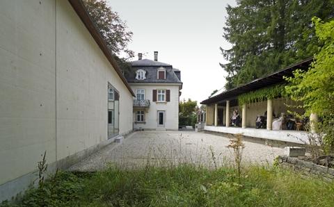 Nouvelle aile à gauche, villa au fond; phot. Jacques Bélat