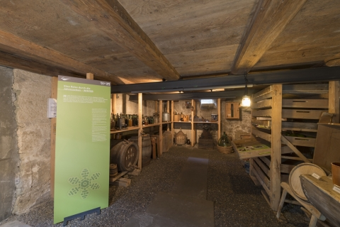 Ausstellungsraum im Keller mit Wintervorrat