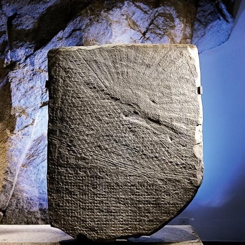 Stèle en marbre gris © R. Barradi