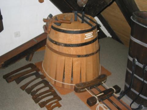 Weinfass in Arbeit mit dazugehörenden Küfer Werkzeugen.