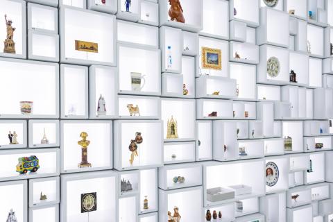 Blick auf die Station Souvenirs in der Ausstellung «Memory»