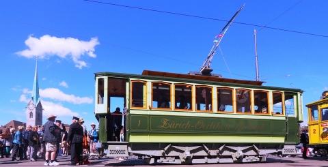 Ein historisches Tram im Limmatquai