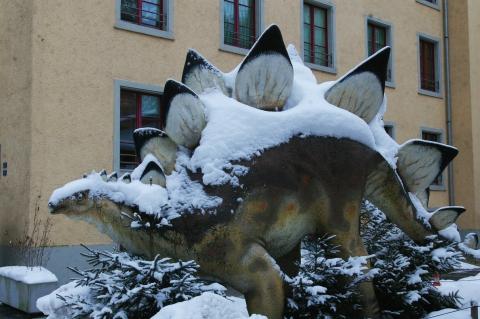 Stegosaurus empfängt die Museumbesucher vor dem Eingang.