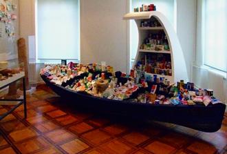 Salze aus aller Welt ausgestellt in einem Boot