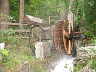 Einzigartiges Wasserrad mit Seiltransmission über 75 meter