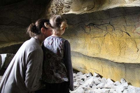 Erlebniswelt Feuerhöhle mit Wandmalereien.
