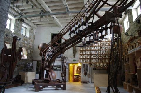 Atlas Zwilling im ehemaligen Kirchenschiff