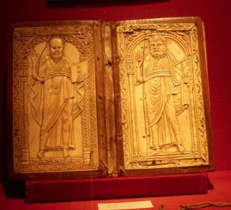 Elphenbeindiptychon mit den Aposteln Petrus und Paulus, 800