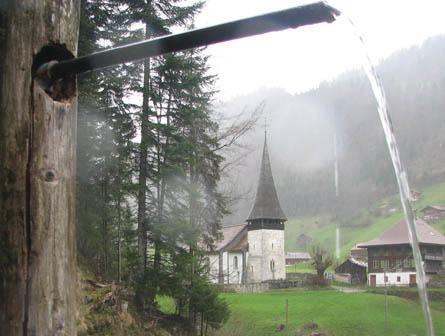 Alte Kirche mit Brunnen