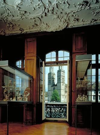 Blick in die Ausstellung und Sicht auf das Grossmünster
