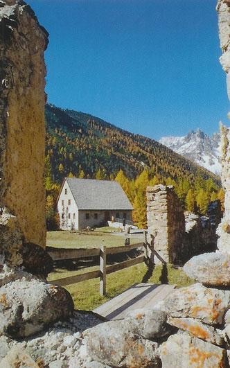 Blick aus den alten Ruinen der mittelalterlichen Schmelzanlage
